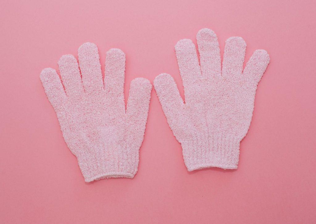 gants exfoliants synthétiques pour avoir une peau douche